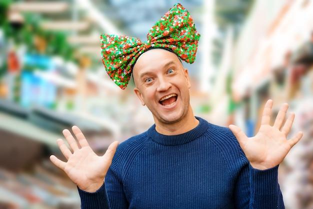 Homme Chauve Drôle Avec Un Arc Sur La Tête, Ambiance Festive Photo gratuit