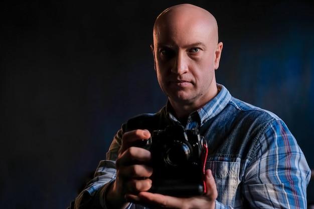 Un Homme En Chemise Avec Une Caméra Dans Les Mains Photo Premium