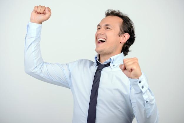 Homme en chemise et cravate gesticulant en se tenant contre. Photo Premium