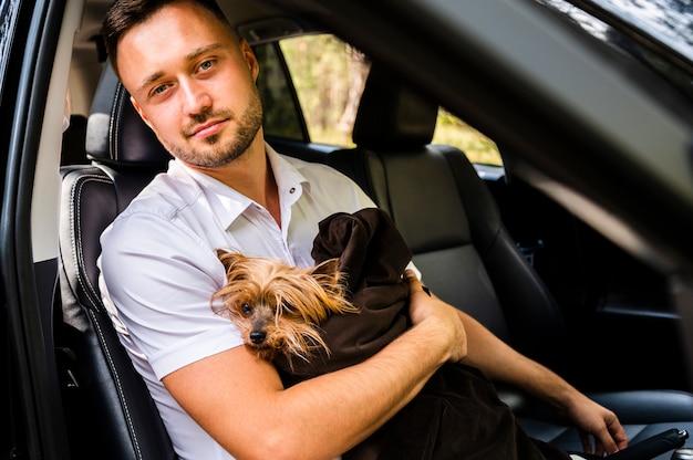 Homme avec chien en regardant la caméra Photo gratuit
