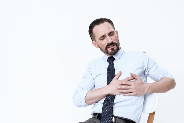 Un homme a le coeur brisé. il tient ses mains contre sa poitrine. Photo Premium