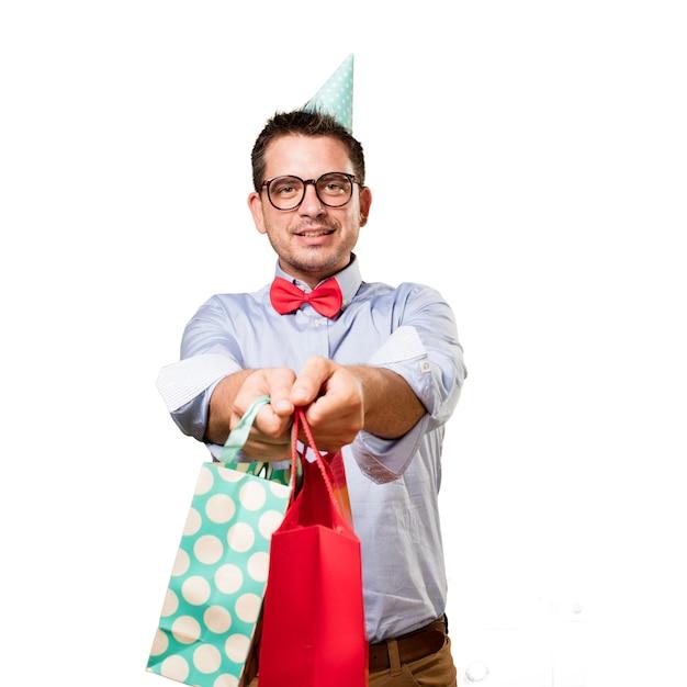 L'homme Coiffé D'un Chapeau Rouge Noeud Papillon Et Partie. Tenir Cadeau. Faire Offre Photo gratuit