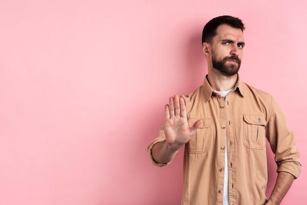 Homme En Colère Arrêt Geste Avec Espace Copie Photo gratuit