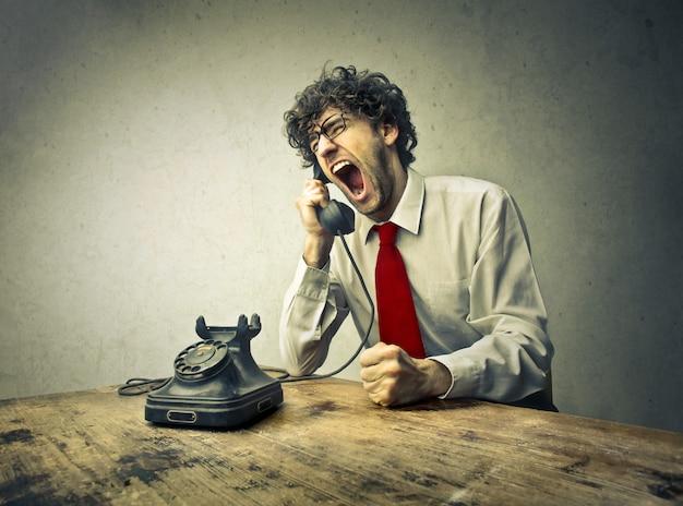 Homme De Colère Au Téléphone Photo Premium