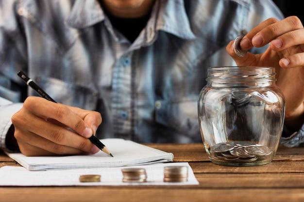Homme, compter, épargne, jar Photo gratuit