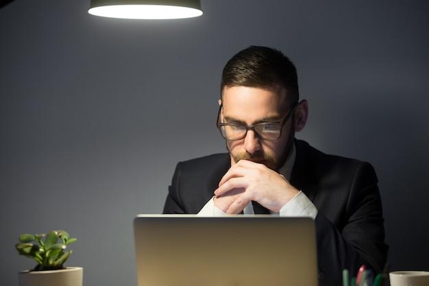 Homme Concerné Réfléchissant à La Solution D'un Problème D'entreprise Photo gratuit