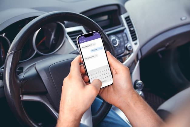 Homme Conduisant Une Voiture Avec Un Téléphone à La Main. Ne Pas Envoyer De Sms Et Conduire Photo Premium