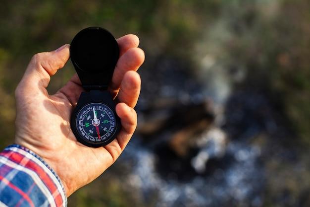 Homme consultant boussole en camping Photo gratuit