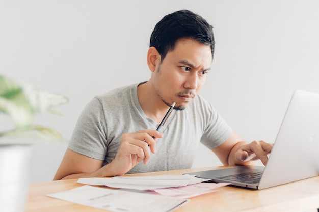 L'homme contrarié et sérieux a des problèmes de facturation et de dettes. Photo Premium