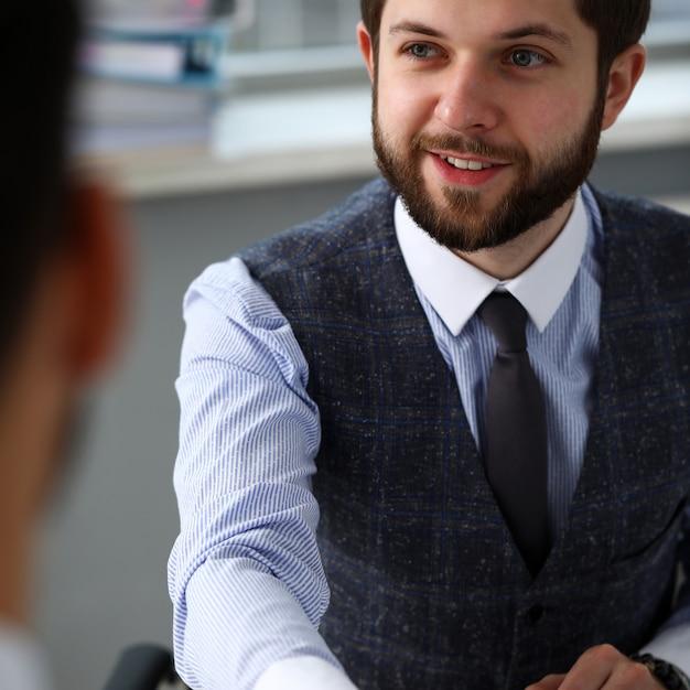 Homme en costume-cravate donne la main comme bonjour au bureau Photo Premium