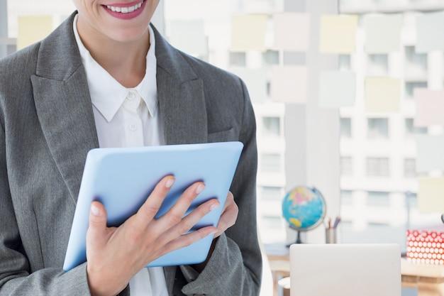Homme en costume et cravate avec une tablette Photo gratuit
