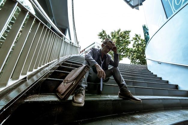 Un homme en costume est stressé parce qu'il est au chômage Photo Premium