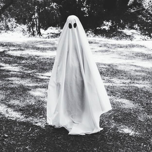 Homme en costume fantôme en forêt Photo gratuit