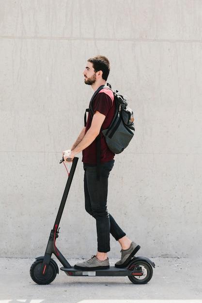 Homme coup moyen, équitation, e-scooter, sur, rue Photo gratuit