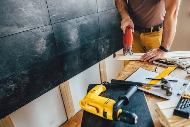 Homme coupe bois avec puzzle électrique Photo Premium