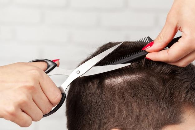 L'homme coupe les cheveux Photo Premium