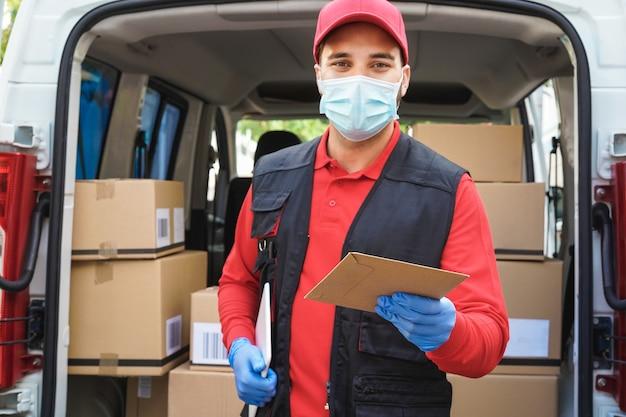 Homme De Courrier En Face De La Camionnette De Livraison De Colis Au Client Photo Premium