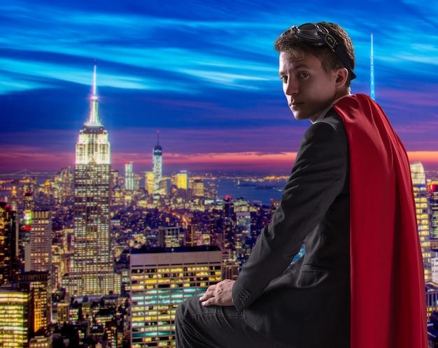 Homme avec couverture rouge Photo Premium