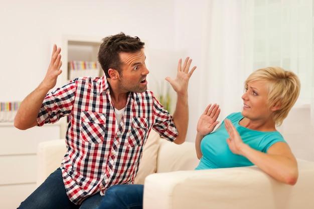 L'homme Crie Sur Sa Femme Lors D'une Dispute à La Maison Photo gratuit