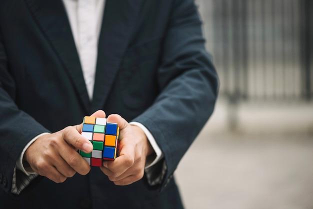 Homme avec le cube de rubik Photo gratuit