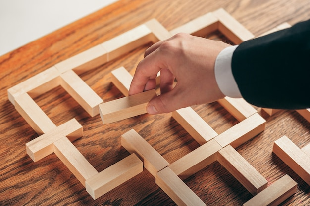 Homme Et Cubes En Bois Sur Table. Concept De Gestion Photo gratuit