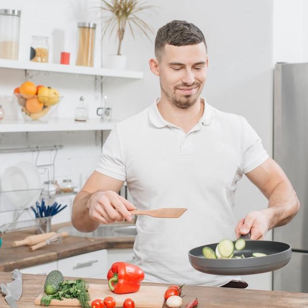 Homme cuisinant à la maison Photo gratuit