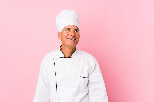 Homme De Cuisinier D'âge Moyen Isolé Rêvant D'atteindre Les Buts Et Objectifs Photo Premium