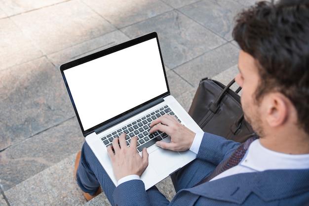 b37a5e59fe Homme de culture à l'aide d'un ordinateur portable dans les ...