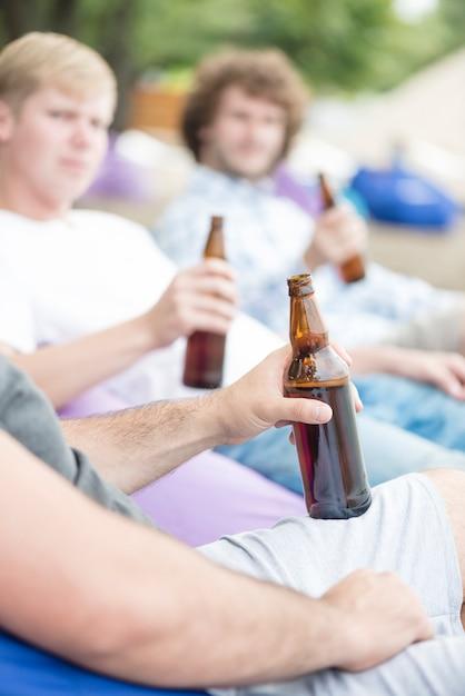 Homme de culture appréciant la bière avec des amis Photo gratuit