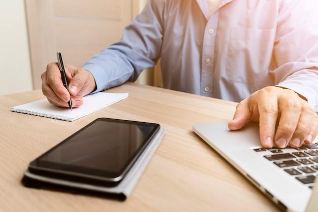 Homme, dactylographie, sur, ordinateur portable, et, écriture Photo gratuit