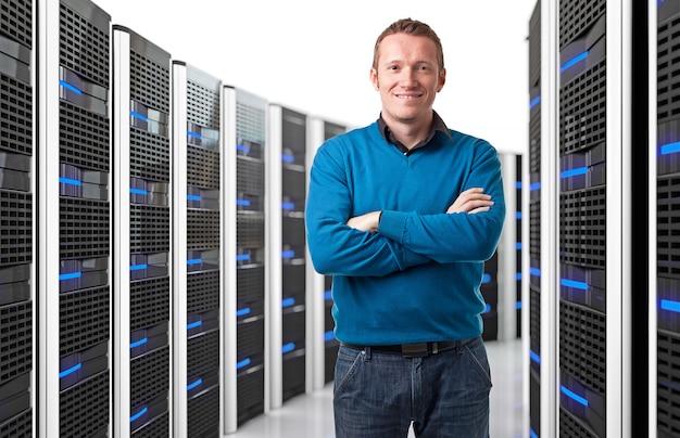 Homme dans un centre de données Photo Premium