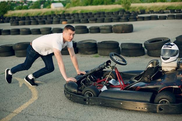 Homme dans un circuit de karting avec une voiture Photo gratuit