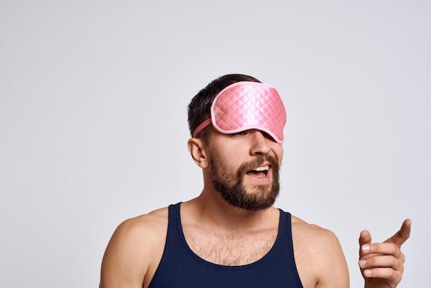 Un Homme Dans Un Masque De T-shirt Noir Pour Dormir Calme Et Détente. Photo Premium