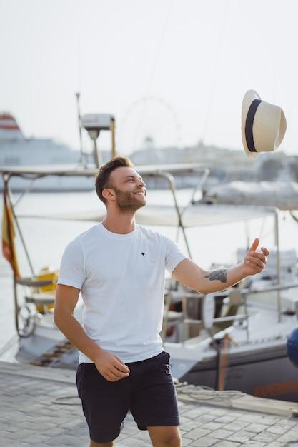 L'homme dans le port Photo gratuit