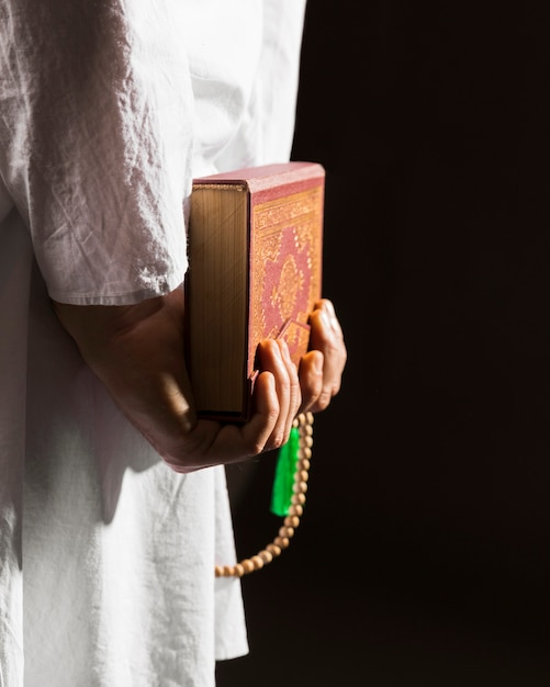 Homme, Dans, Traditionnel, Arabe, Vêtements, Tenue, Coran, Derrière, Sien, Dos Photo gratuit