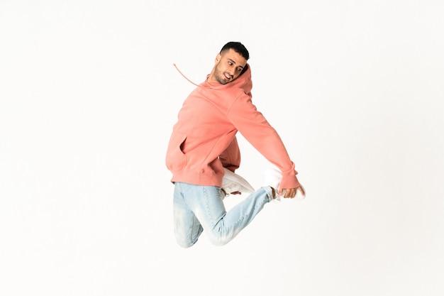 Homme danse style de danse de rue sur mur blanc isolé Photo Premium