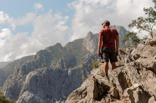 Homme debout au sommet de la montagne Photo Premium