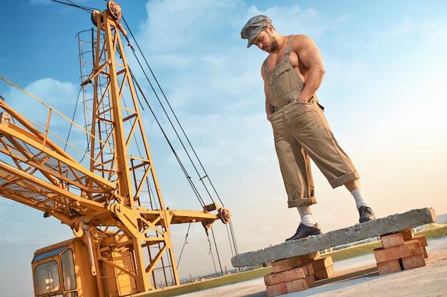 Homme Debout Sur Une Construction En Béton En Haut. Photo gratuit