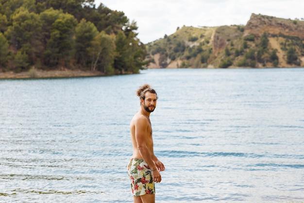 Homme debout dans le lac Photo gratuit