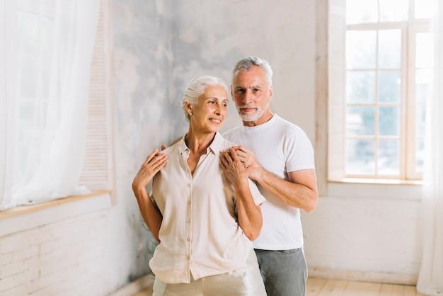 Homme debout derrière sa femme à la maison Photo gratuit
