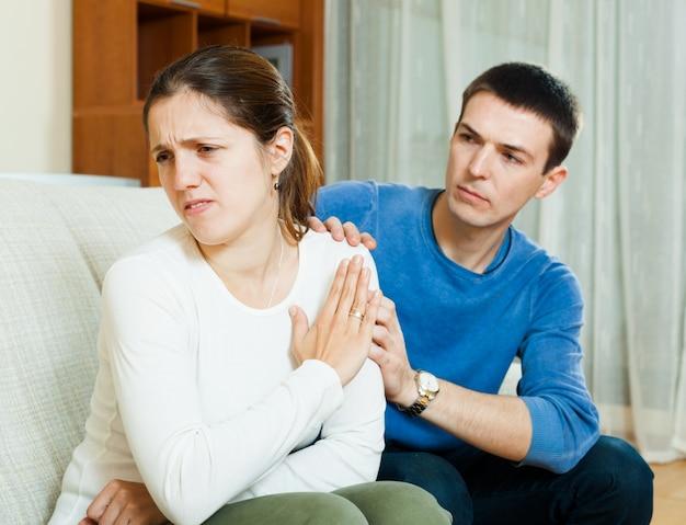L'homme demande pardon à une femme après une querelle Photo gratuit