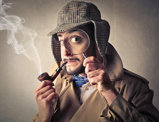 Homme démodé en train de fumer Photo Premium