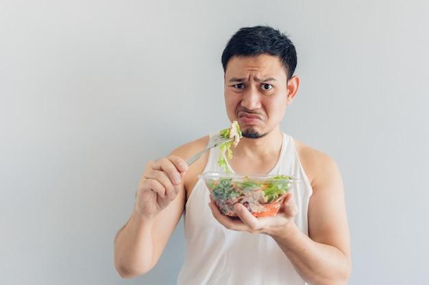L'homme déteste les repas de salade santé. Photo Premium