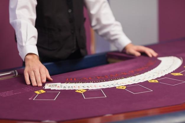 Homme distribuant des cartes dans un casino Photo Premium