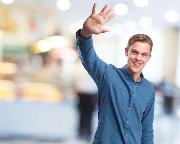 L'homme dit au revoir avec sa main Photo gratuit