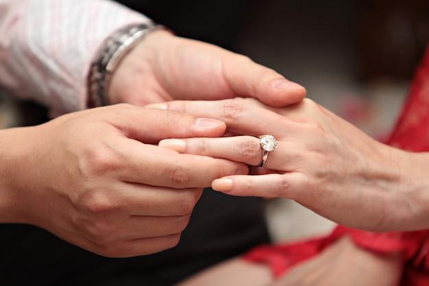 Homme donnant une bague de fiançailles à sa petite amie Photo Premium