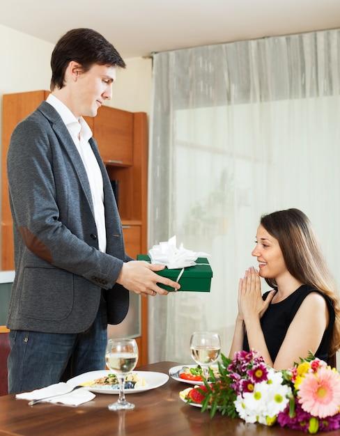 Homme, donner, présent, femme, pendant, dîner romantique Photo gratuit