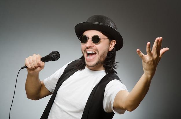 Homme drôle dans un club de karaoké Photo Premium