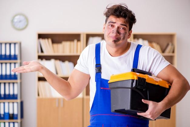 Homme Drôle Fait Des Réparations électriques à La Maison Photo Premium