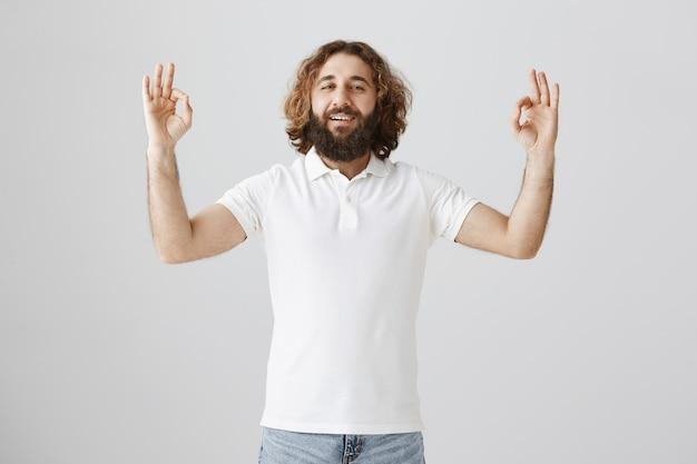 Homme Du Moyen-orient Détendu Montrant Un Geste Correct, Garantissez Que Tout Est Bon Photo gratuit
